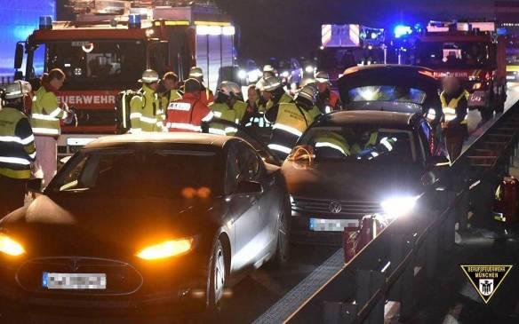 Tesla S helps stop VW Passat on German highway(credit: Berufsfeuerwehr München)