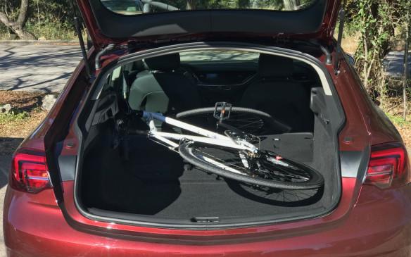 <p>Buick Regal Sportback cargo area</p>
