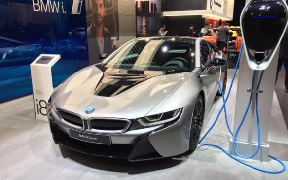 <p>BMW revealed a production version of its hybrid-powered i8 Roadster at the Los Angeles auto show in November. In Detroit, it added the slated to go on sale in Spring, 2018. Both the updated i8 Coupe, both of which feature more power – 369 hp ( 12 hp) – and a refined high-voltage battery with increased capacity and range. With hybrid-specific all-wheel drive, an internal combustion engine driving the rear wheels and an electric motor driving the front wheels, acceleration from 0 to 100 km/h is said to take just 4.4/4.6 seconds (preliminary) for the Coupé and Roadster respectively.</p>