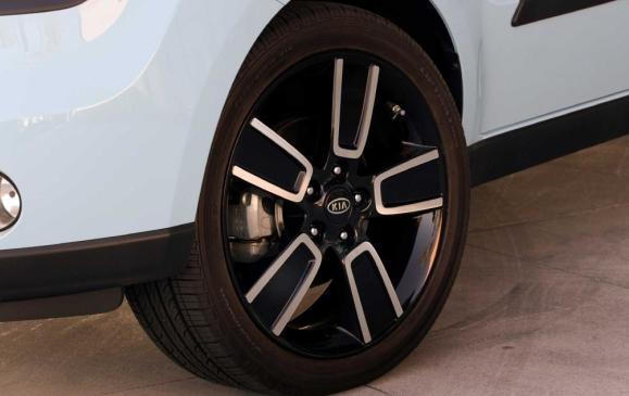 2013 Kia Soul - front wheel detail