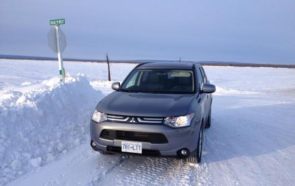2014 Mitsubishi Outlander - front 3/4 view scenic