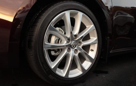 2013 Toyota Avalon - detail wheel and brake caliper