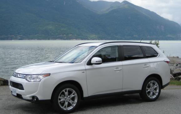 2014 Mitsubishi Outlander - side 3/4 view