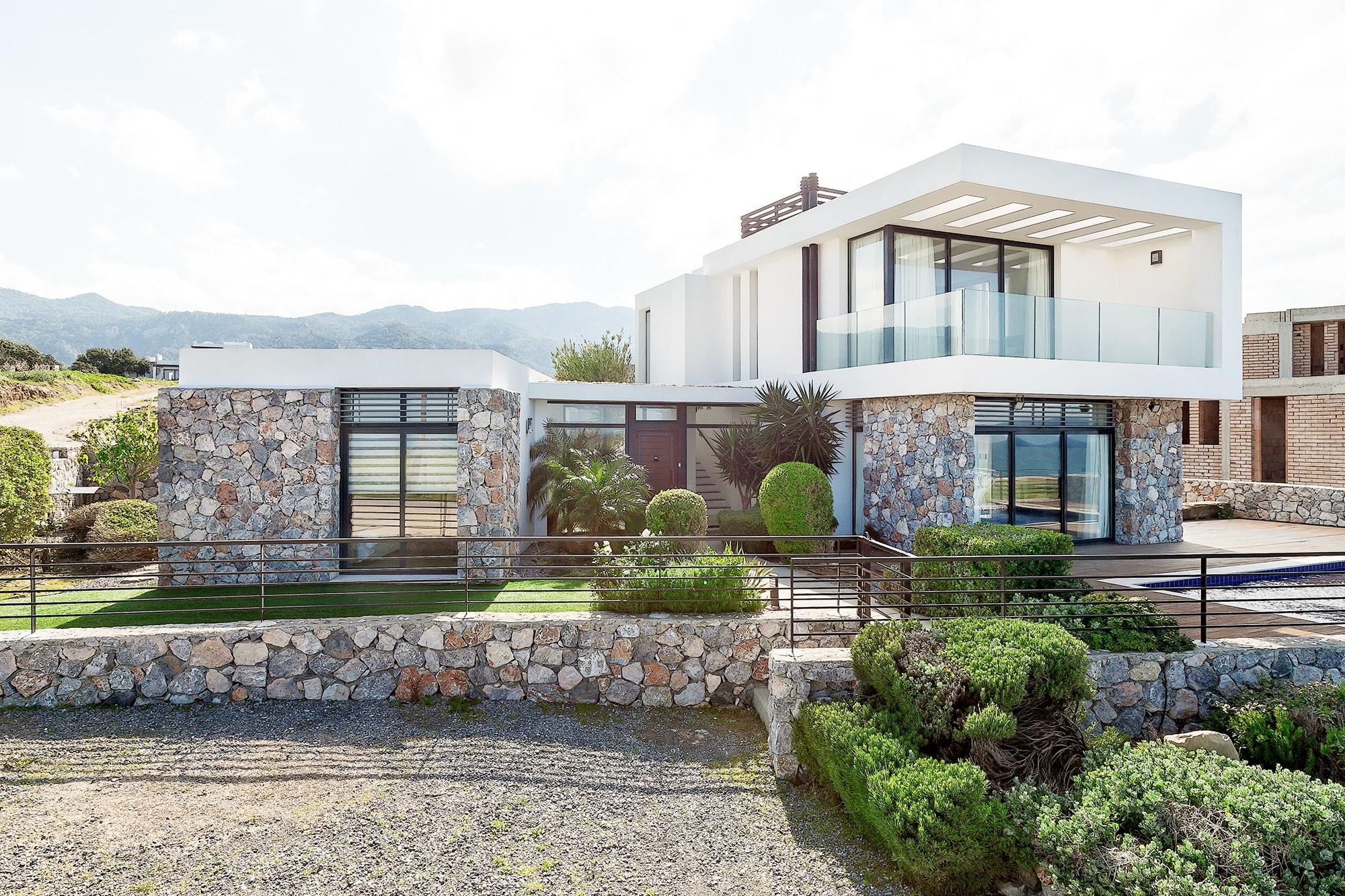 Bahçeli'de Satılık Denize Sıfır 3 Yatak Odalı ve Özel Havuzlu Villalar 9857