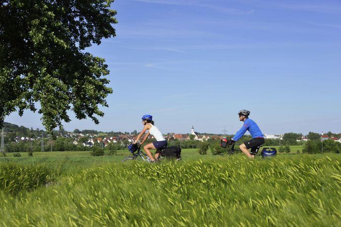 Radfahrer auf dem Donauradweg nahe Ehingen