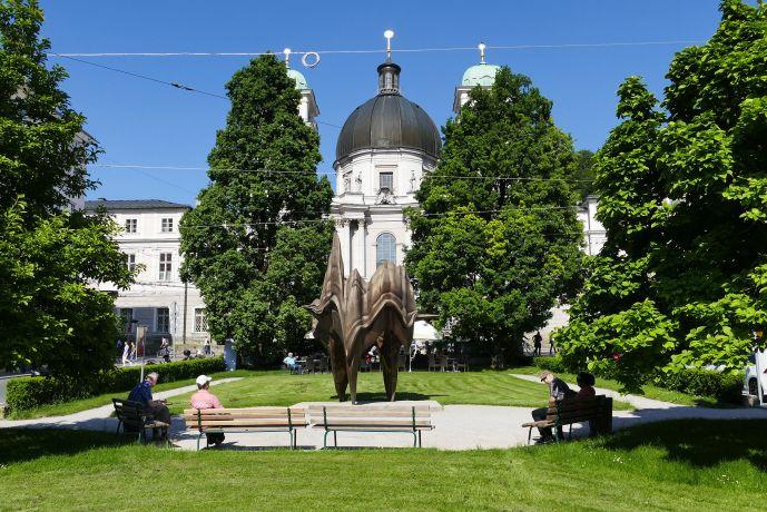 """Salzburg. """"Walk of modern Art"""", Das Kunstwerk """"Caldera"""" von Anthony Cragg am Makartplatz"""