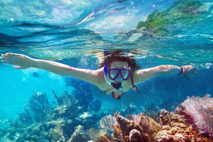 Frau taucht vor der Thailändischen Küste