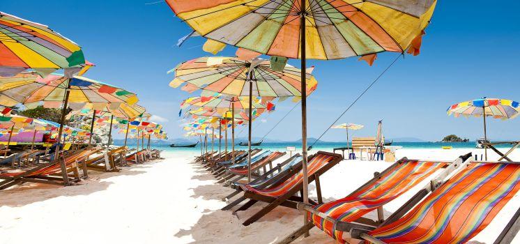 Sonnenliegen am Strand von Phuket