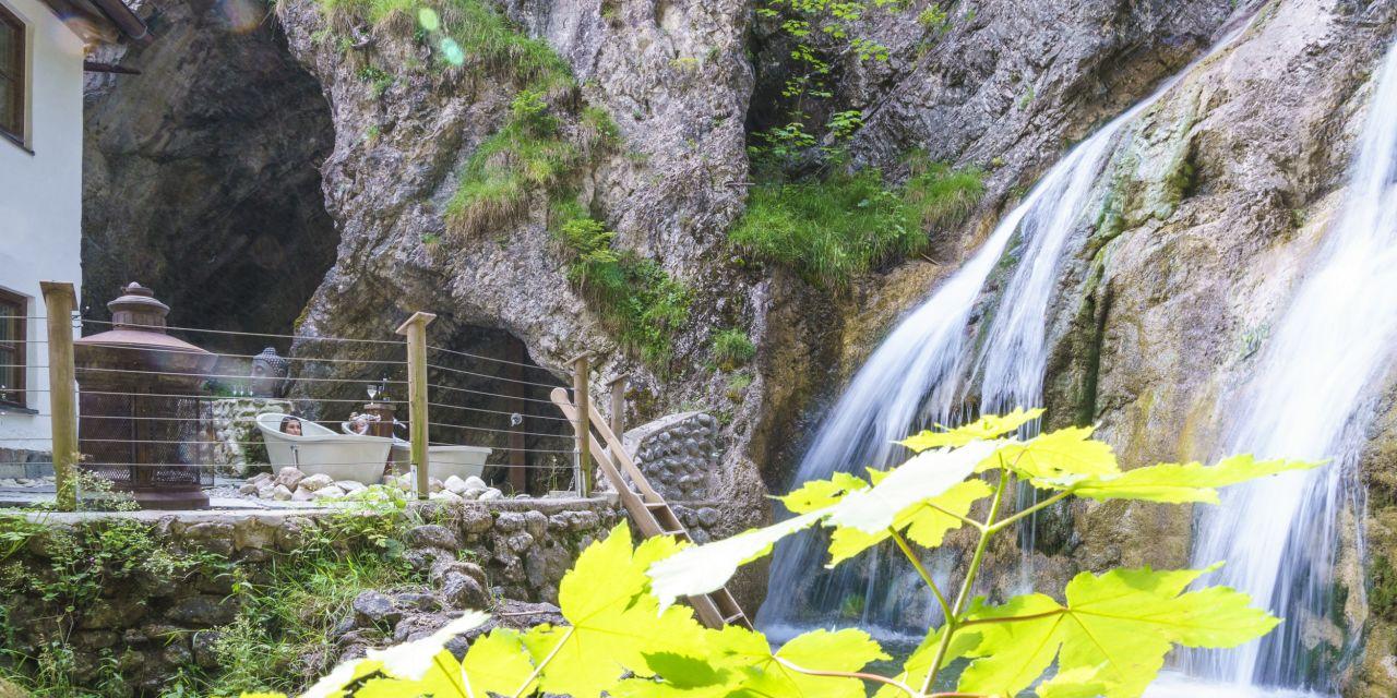 Badewannen vor einem Wasserfall