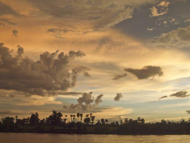 Tropenstimmung über dem Fluss in Chindwin