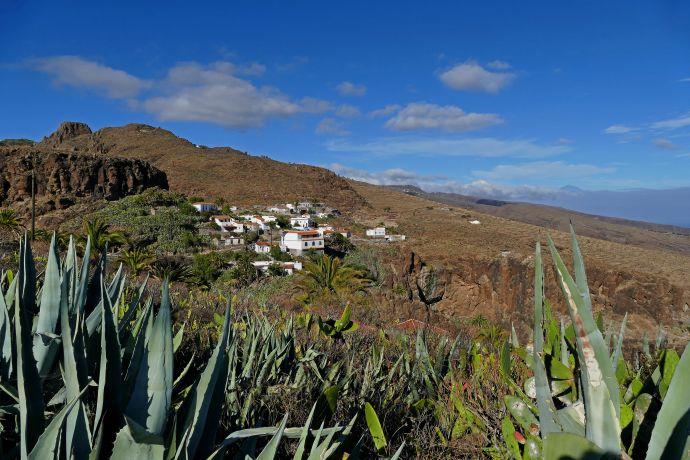 Karge Berge, üppiges Grün und kleine Dörfer prägen La Gomera