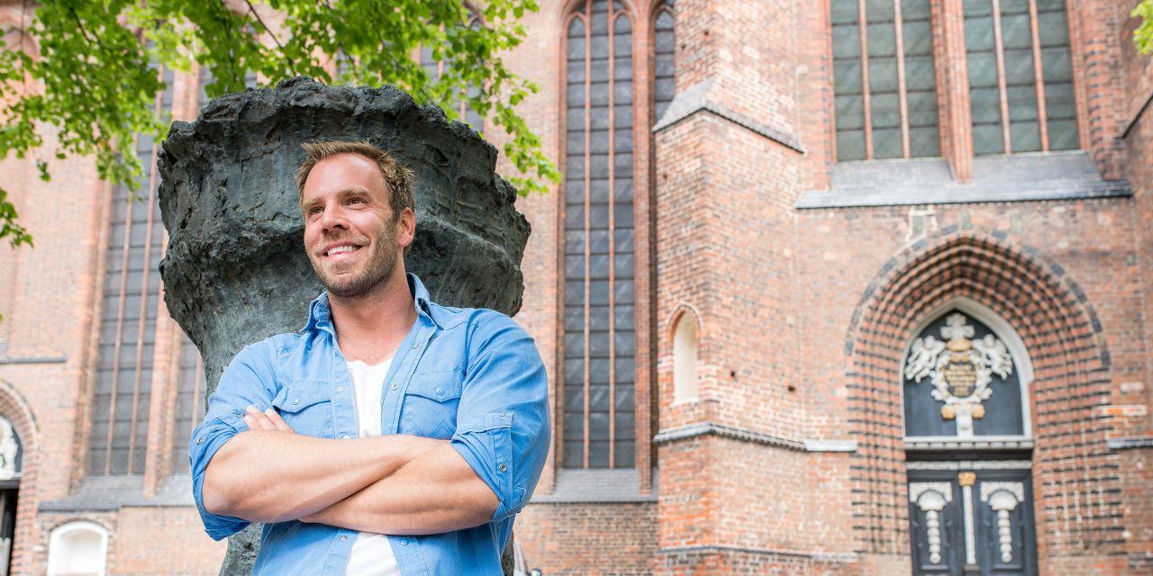 Dominic Boeer vor St. Marien in Wismar