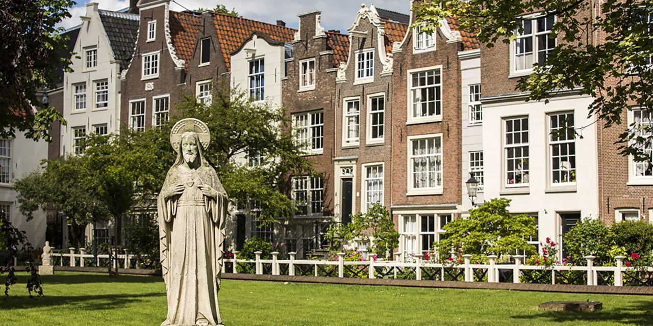 Steinfigur im Beginenhof in Amsterdam