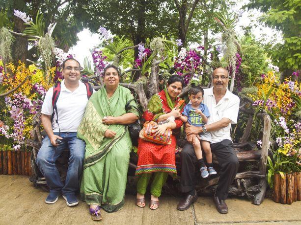 Bitte lächeln! Indische Familie in den Gardens by the Bay