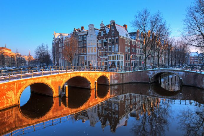 Winterliche Morgenstimmung an einer Grachtenbrücke