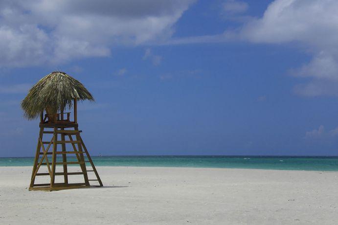 Einsamer, weißer Sandtrand in Kuba