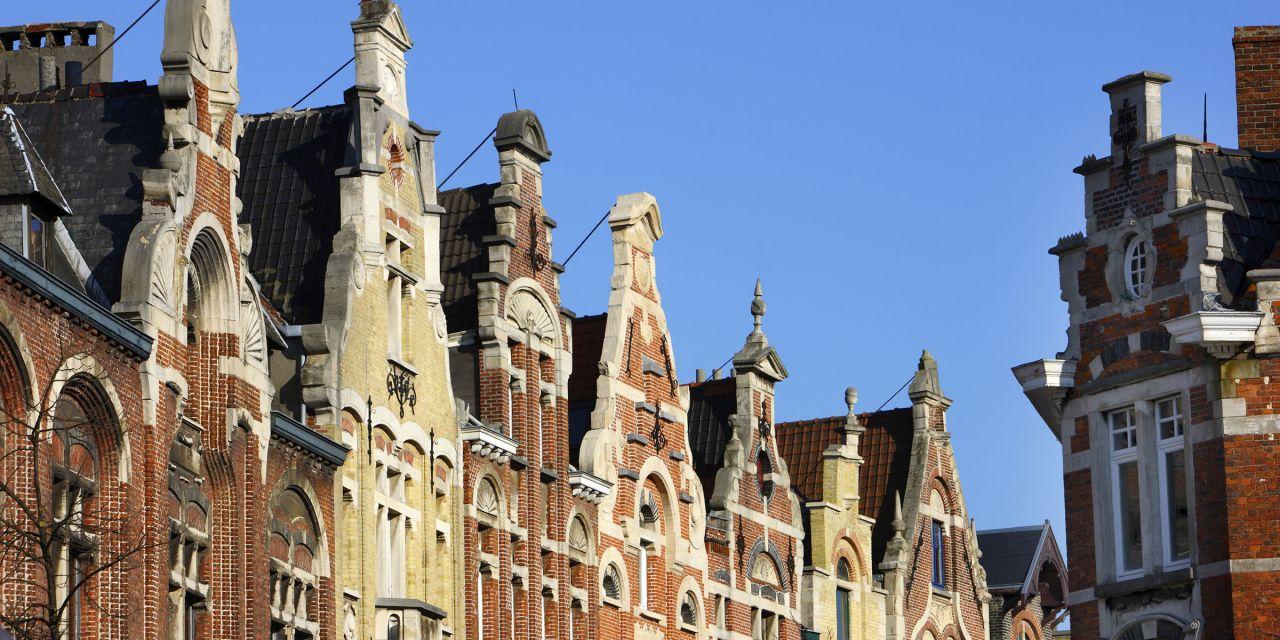 Giebel von Wohnhäusern an der Baudelostraat am Vrijdagmarkt