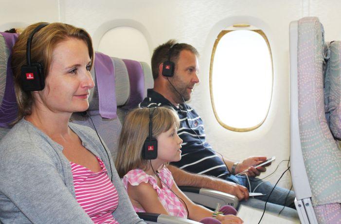 Dank dem Film- und Musikangebot von Emirates kommt bei der Familie keine Langeweile auf © Emirates