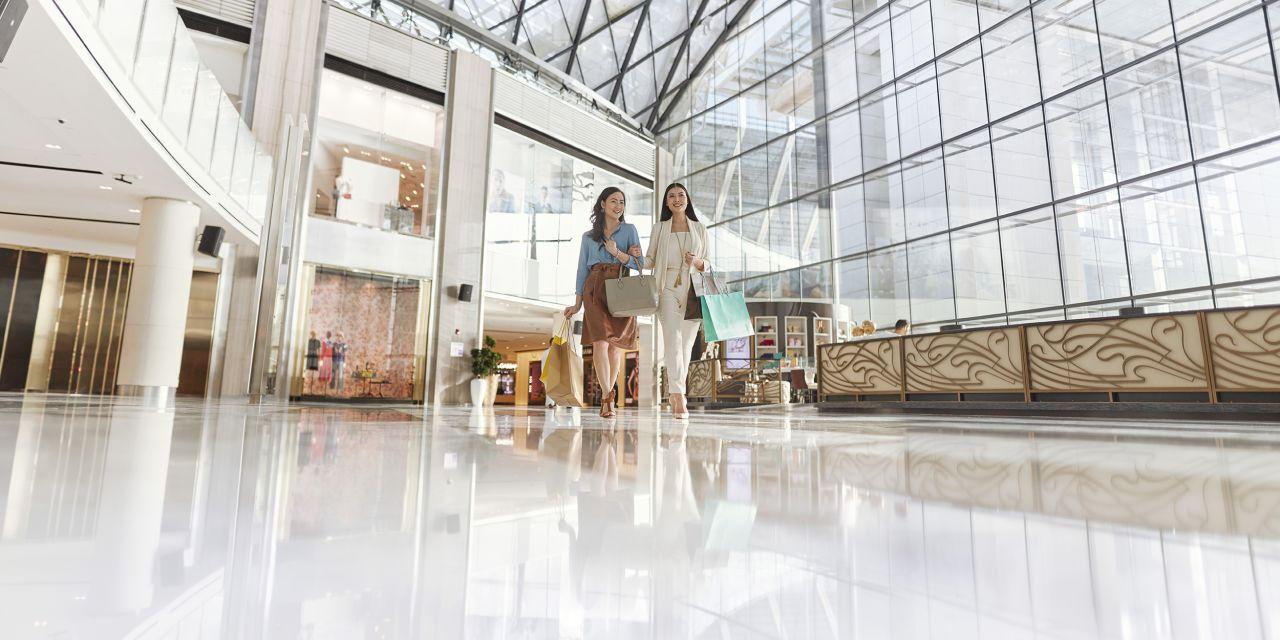 Zwei Frauen in einer Shopping-Mall