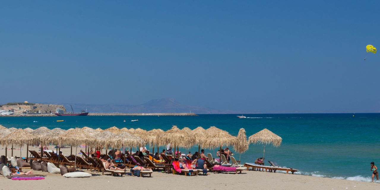 Rethymnon Beach, Strand, Sonnenschirme und Liegen
