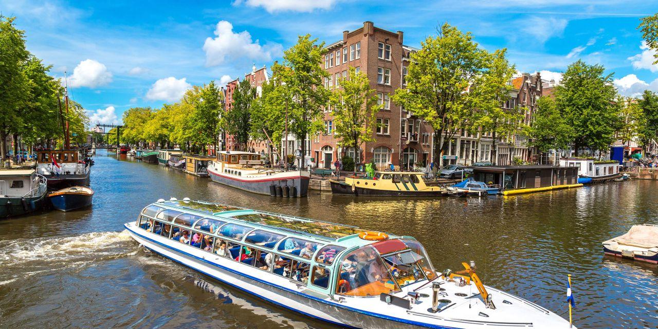 Boot auf einem Kanal in Amsterdam