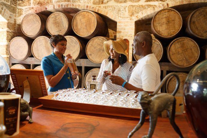 Paar bei einer Rumprobe in der St. Nicholas Abbey auf Barbados