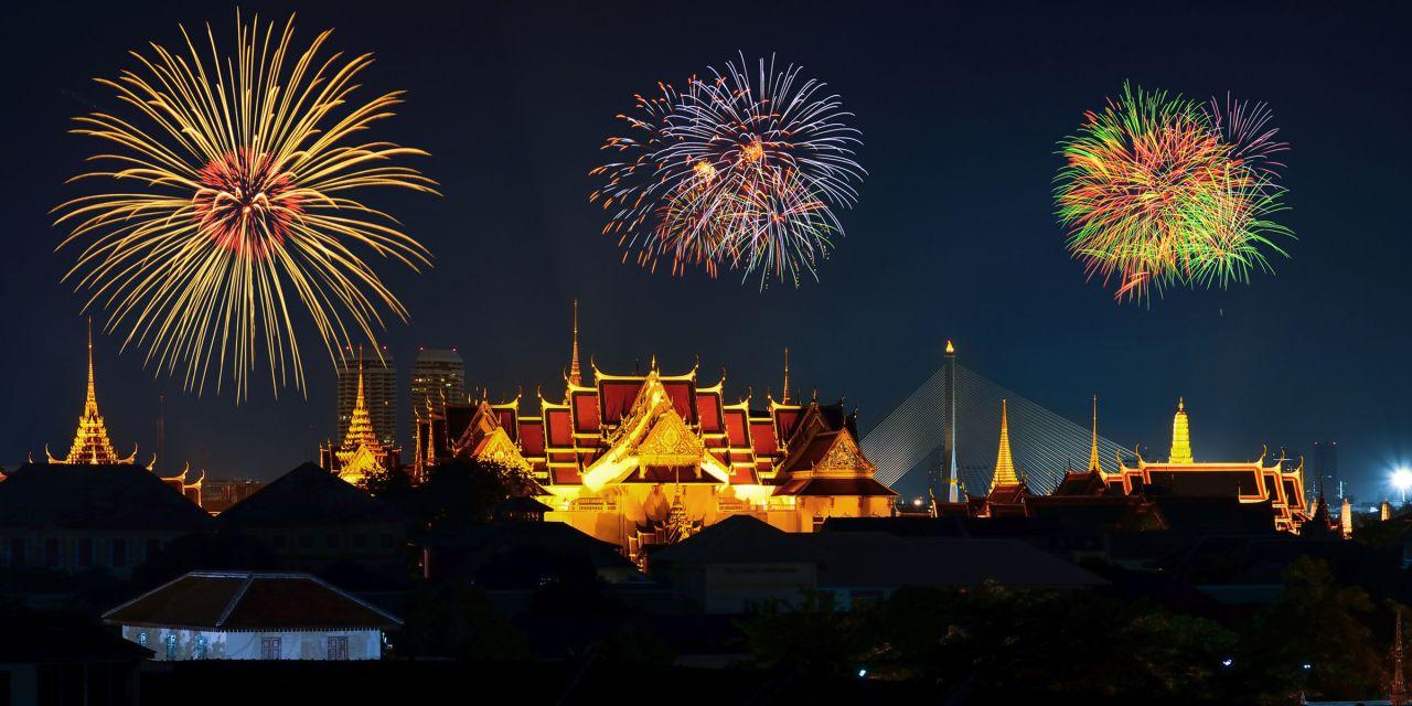 Feuerwerk über dem großen Palast in Bangkok