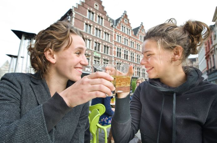 Zwei Frauen prosten sich zu
