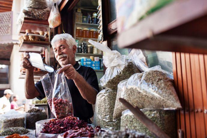 Moderne trifft auf Tradition: Souk in Dubai © visitDubai