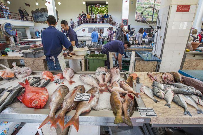 Händler mit zerlegtem Thunfisch auf dem Markt in Funchal auf Madeira