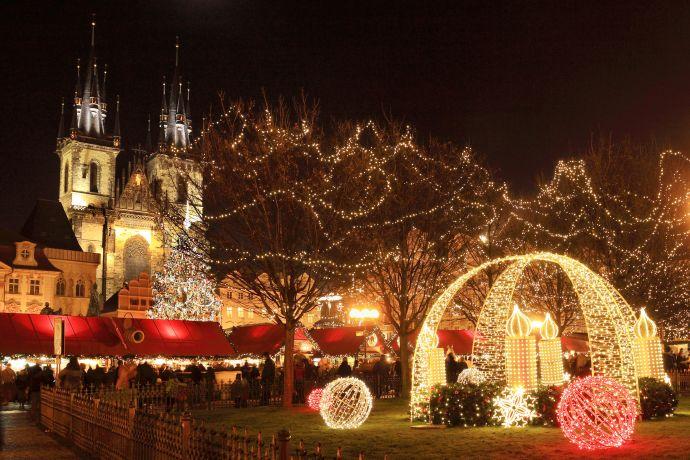 Weihnachtsbeleuchtung vor der Teynkirche
