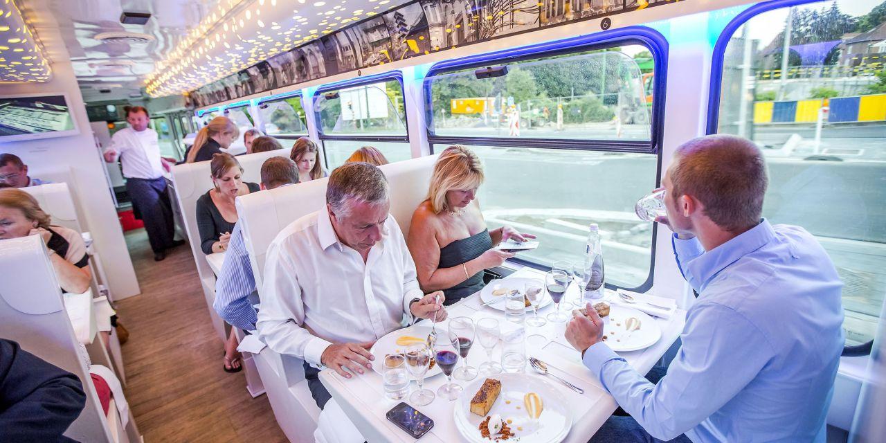 Speisende Gäste im Tram experience in Brüssel