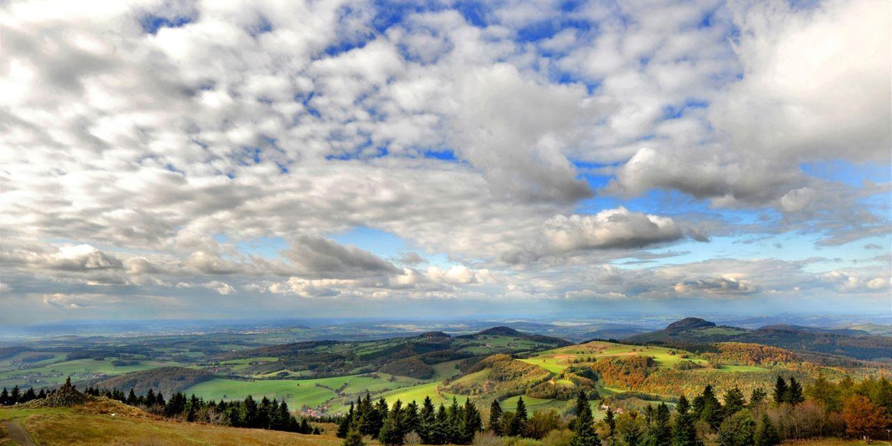 Der Hochrhöner: Blick von der Wasserkuppe (950m) zur Milseburg im UNESCO-Biosphärenreservat Rhön