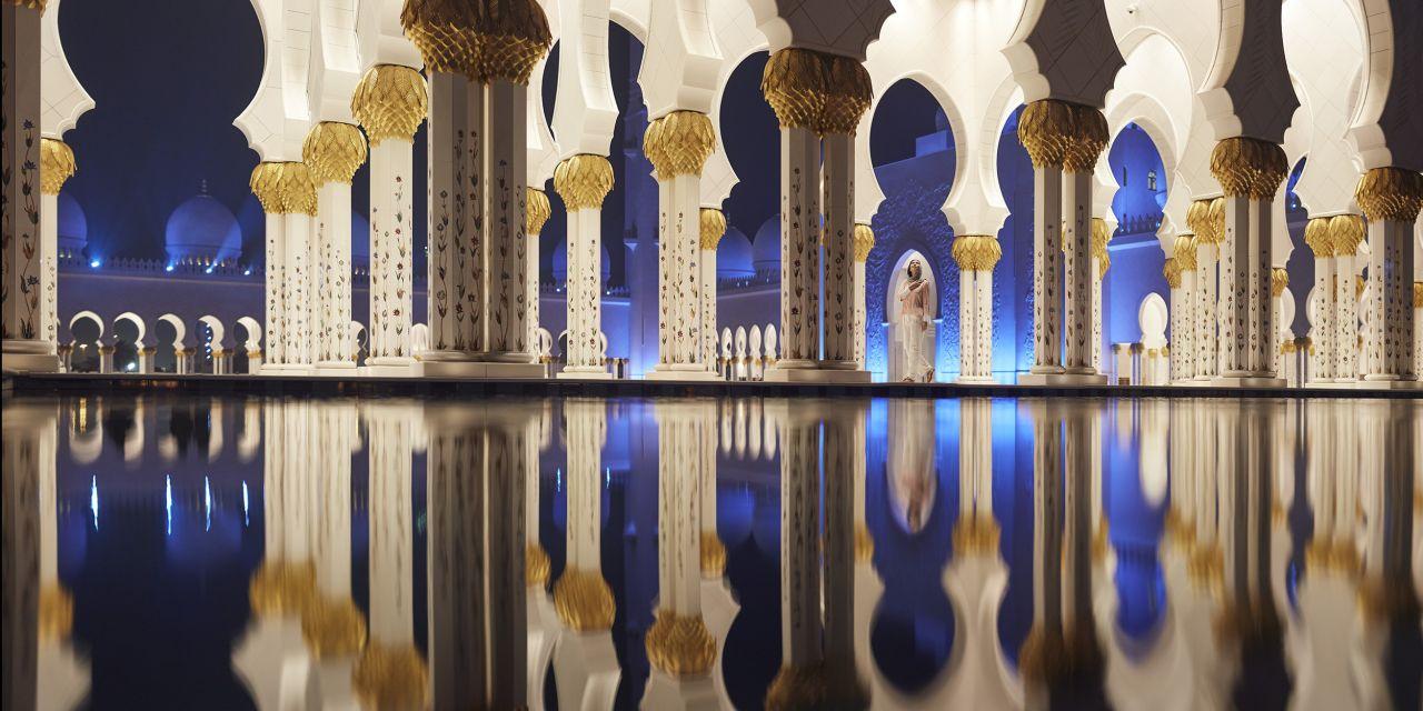 Reflexionen in der Scheich-Zayid-Moschee bei Nacht