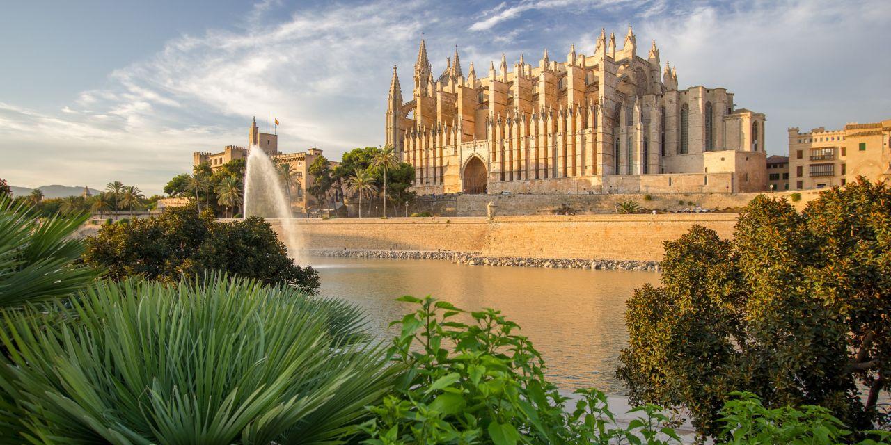 """Kathedrale in Palma de Mallorca, Den Beinamen """"Kathedrale des Lichts"""" trägt die Kathedrale wegen der 61 seitlichen Buntglasfenster"""