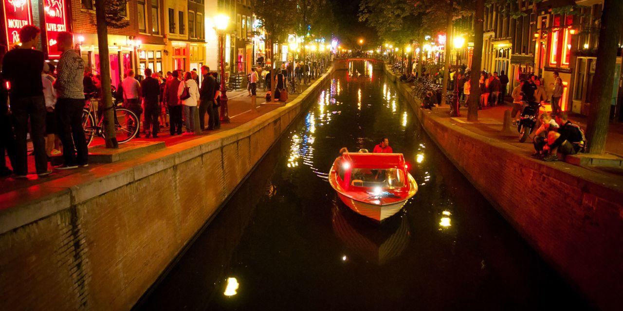 Gracht bei Nacht mit Boot