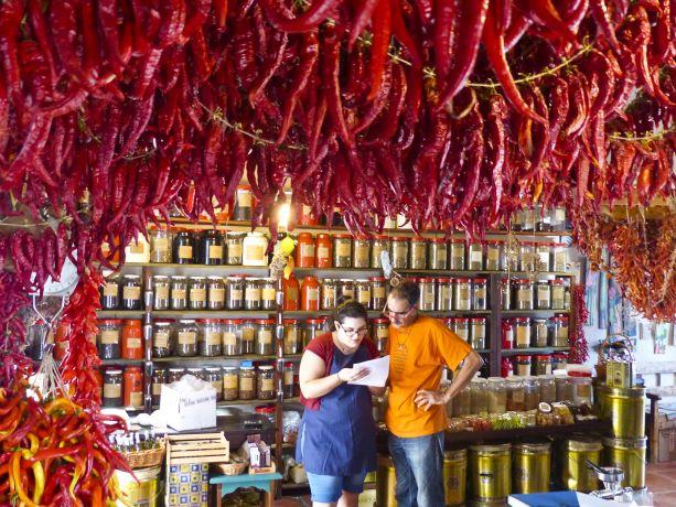 An der gesamten Decke hängen Chilis zum Trocknen