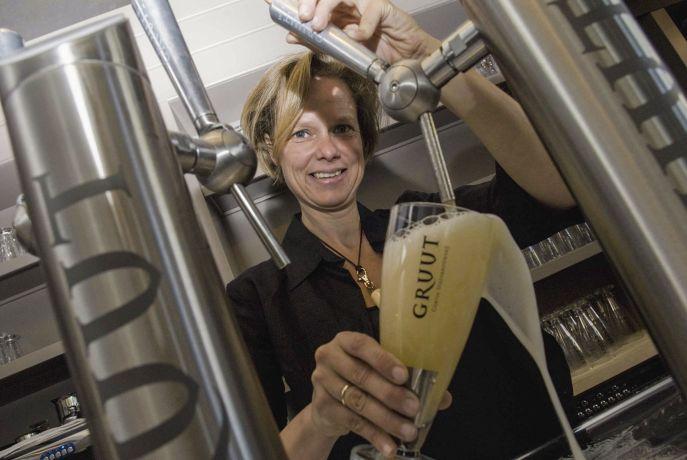 Brauereichefin schenkt Bier ein