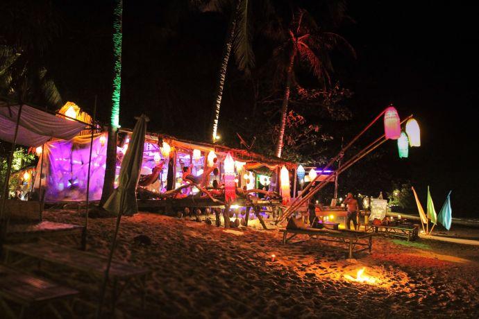 """Die """"Stoned Bar"""" am Khlong Khong Beach © Anna Hoffmann"""