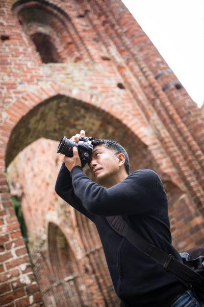 Hiroyuki Masuyama an der Ruine Eldena im Riesengebirge