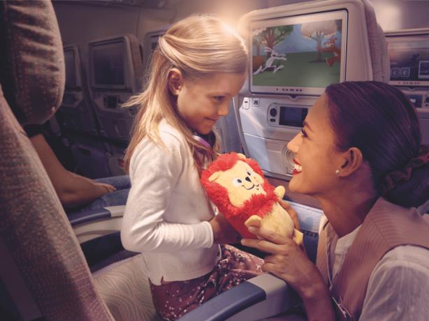 Kind bekommt von Stewardess ein Spielzeug