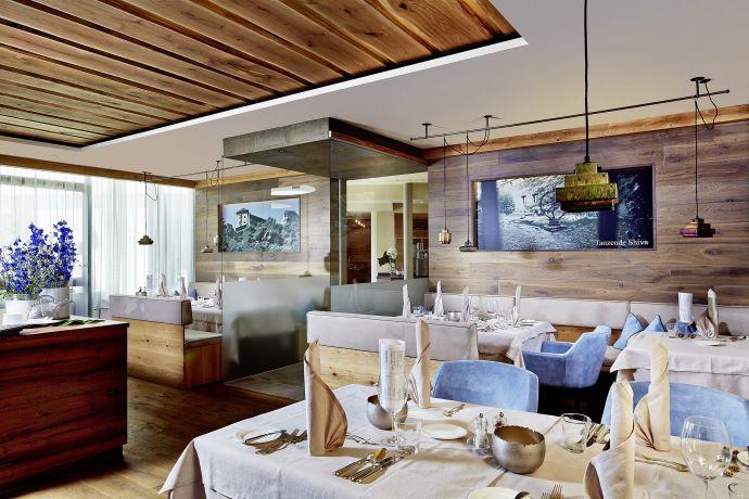 Restaurant mit eingedeckten Tischen im Hotel Prokulus in Südtirol