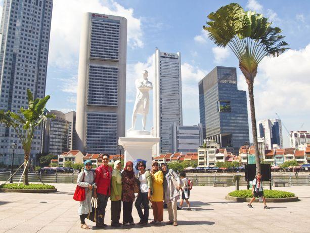 Gründer des modernen Singapur: Gruppenbild vor der Raffles-Statue