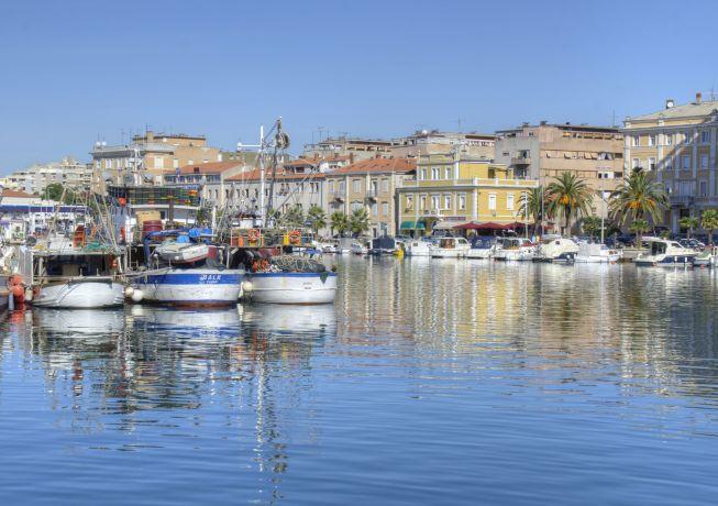 Boote im Hafen an der Adria