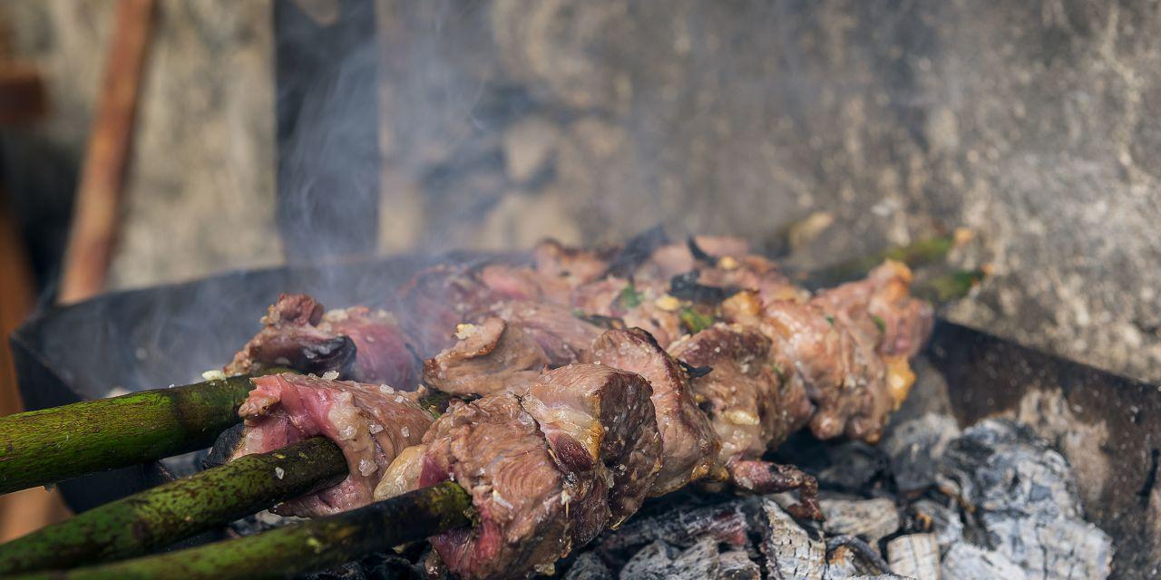 Fleischspieße auf dem Grill