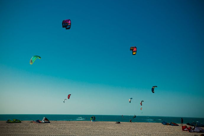 Kitesurfen ist in an Dubais langer Sandküste © visitDubai