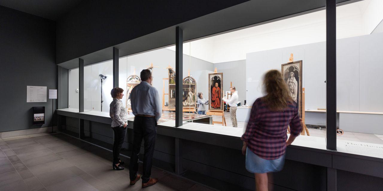 Restauratoren bei der Arbeit im Museum der Schönen Künste in Gent