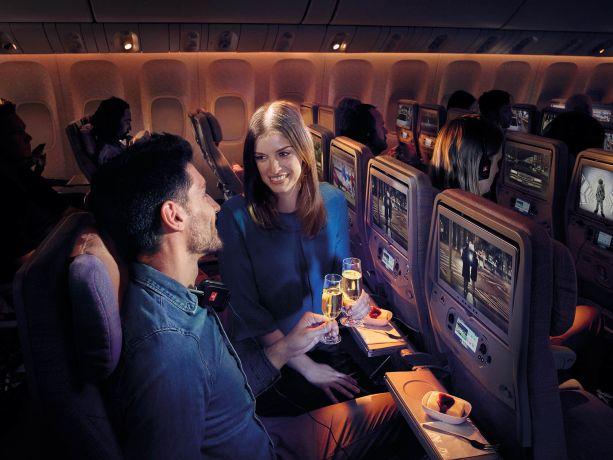 Stewardess bedient Fluggast