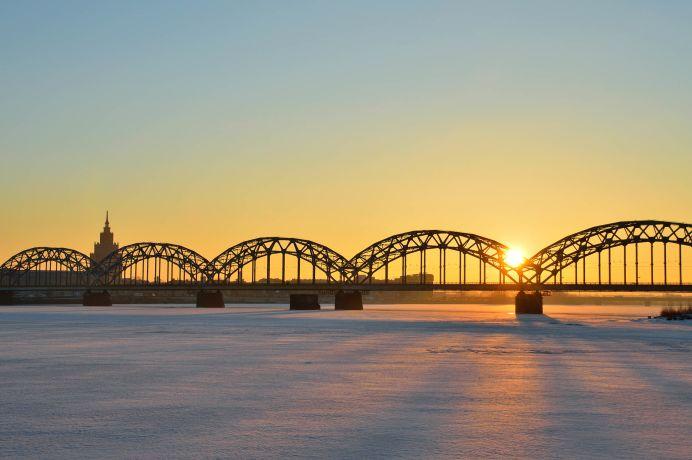Sonennuntergang über der zugefrorenen Daugava