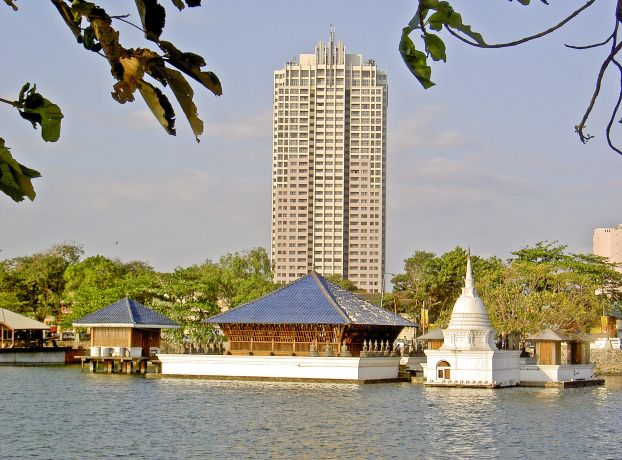Beira Lake mit Tempel und Hilton Appartementhaus